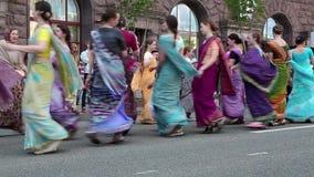 Kvinnor i hinduiska traditionella dräkter, dans och den sjungande hareKrishna mantraen stock video