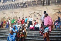 Kvinnor i Indien sitter på trappan arkivfoto