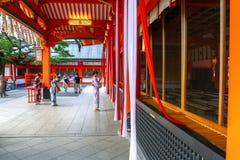 Kvinnor i japansk klänningringning för kimono sätter en klocka på att be för bra lycka Arkivbild