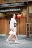 Kvinnor i kimonoklänning Royaltyfria Bilder