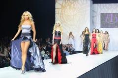 Kvinnor i klänning av Olga Ibragimova går på catwalk royaltyfri fotografi