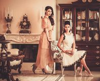 Kvinnor i lyxig husinre royaltyfri foto