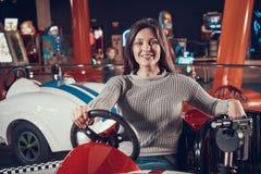 Kvinnor i munterhet centrerar sammanträde i leksakbil royaltyfri bild