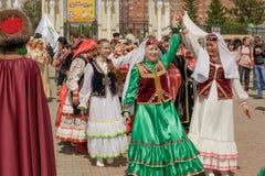 Kvinnor i nationell bäck för klänningdansfolkdans arkivfoton