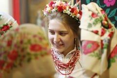 Kvinnor i nationella sjalar och hattar Krans för huvudet Arkivbilder