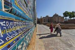 Kvinnor i nekropolen av Shakhi Zinda, i Samarkand, Uzbekistan Arkivfoton