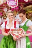 Kvinnor i traditionell bayersk kläder eller dirndl på festival Fotografering för Bildbyråer