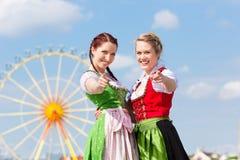 Kvinnor i traditionell bayersk kläder på festival Royaltyfri Foto