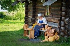 Kvinnor i traditionell ryssdräkt på den Kizhi ön, Karelia, Fotografering för Bildbyråer