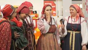 Kvinnor i traditionella ryska dräkter arkivfilmer
