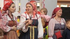 Kvinnor i traditionella ryska dräkter stock video