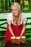 Kvinnor i traditionella tyska kläder. Härliga unga kvinnor i t Royaltyfria Bilder