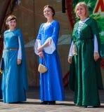 Kvinnor i ukrainsk nationell medeltida handgjord klänning Arkivfoto