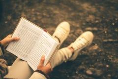 Kvinnor i vinter sitter läste den favorit- boken i ferien royaltyfria bilder