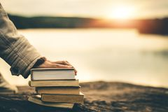 Kvinnor i vinter sitter läste den favorit- boken i ferien arkivfoto