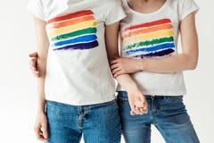 Kvinnor i vita skjortor med den utskrivavna regnbågen Royaltyfri Foto