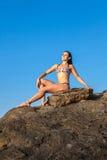 Kvinnor i yogameditation poserar fotografering för bildbyråer