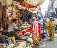 Kvinnor köper färgrika girlander på Arkivbilder