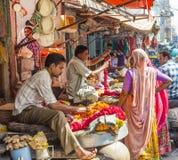 Kvinnor köper färgrika girlander på Arkivbild