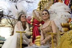 Kvinnor klädd ridning i en triumfvagn Arkivbilder