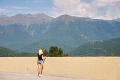 Kvinnor klättrar kantbergen under hennes gå livsstil royaltyfri foto
