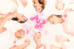 Kvinnor klibbar tillsammans Arkivfoto
