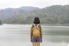 Kvinnor knuffar ryggsäckbakgrundsberg och vatten på den Wang Bon fördämningen, Nakhon Nayok i Thailand arkivbilder