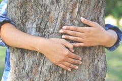 Kvinnor kramar stor trädfärg av selektiv mjuk fokus för hipstersignalen, c Arkivbild