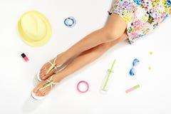 Kvinnor lägger benen på ryggen och den stilfulla tillbehören för sommarmode arkivfoto