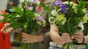Kvinnor lär att göra blom- design under vägledningen av en professionell En grupp av unga kvinnor i gruppen av arkivfilmer