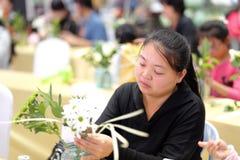 Kvinnor lär blom- ordningar Arkivfoton