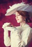 Kvinnor med candys. Royaltyfri Bild