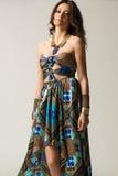 Kvinnor med det allvarliga uttryckt som bär den aztec klänningen arkivfoton
