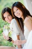 Kvinnor med drinkar Fotografering för Bildbyråer