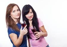 kvinnor med exponeringsglas av vin, vit bakgrund Arkivfoto