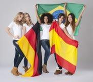 Kvinnor med flaggor arkivbild