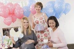 Kvinnor med gåvor på en baby shower Royaltyfri Fotografi