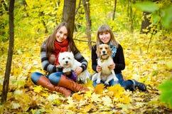 Kvinnor med hundkapplöpning royaltyfria foton