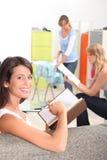 Kvinnor med hushållsysslor royaltyfri fotografi