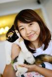 Kvinnor med katten royaltyfri foto