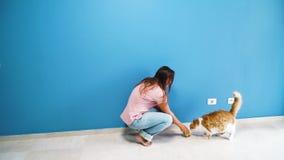 Kvinnor med katten lager videofilmer