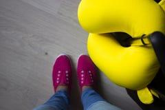 Kvinnor med resväskan och den gula kudden som förbereder sig för resa arkivbilder