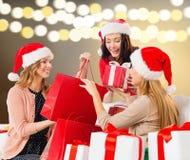 Kvinnor med shoppingpåsar och julgåvor arkivbild