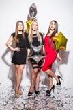 Kvinnor med stjärna formade ballonger och konfettier som har partiet arkivfoto