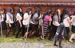 Kvinnor med svart skyler att bära en flöte på processionen av San Bartolome de Becerra, Antigua, Guatemala Fotografering för Bildbyråer