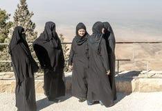 Kvinnor med svart skyler på monteringen Nebo Royaltyfria Bilder