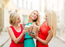 Kvinnor med takeaway kaffekoppar i staden Royaltyfri Fotografi