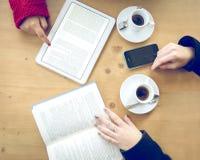 Kvinnor med telefonen, ebook och boken Royaltyfri Foto