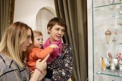 Kvinnor med ungen i museum Arkivfoton