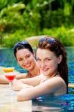Kvinnor med utomhus- drinkar Royaltyfria Bilder